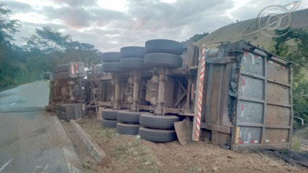 Camião tombado as margens da rodovia