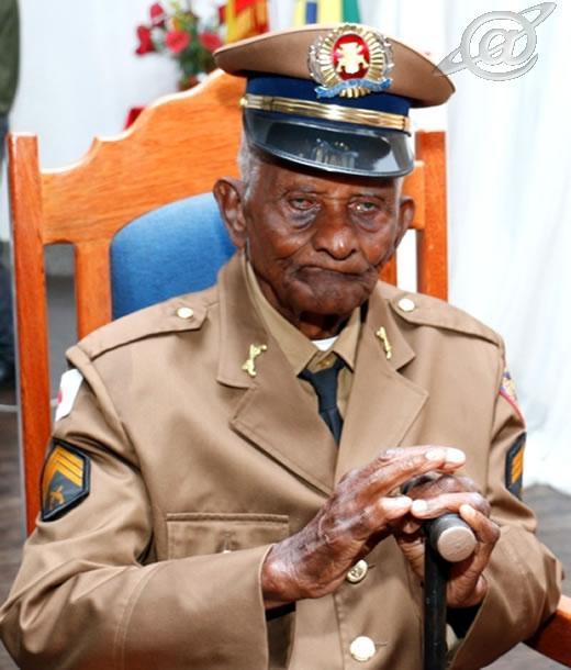 Imagem do militar fardado aos 105 anos
