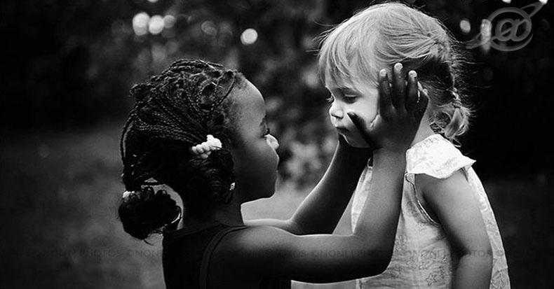 Uma criança negra ao lado de uma criança branca