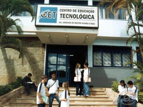 Alunos na frente da Fundação CSN