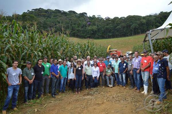 Participantes com um milharal ao fundo