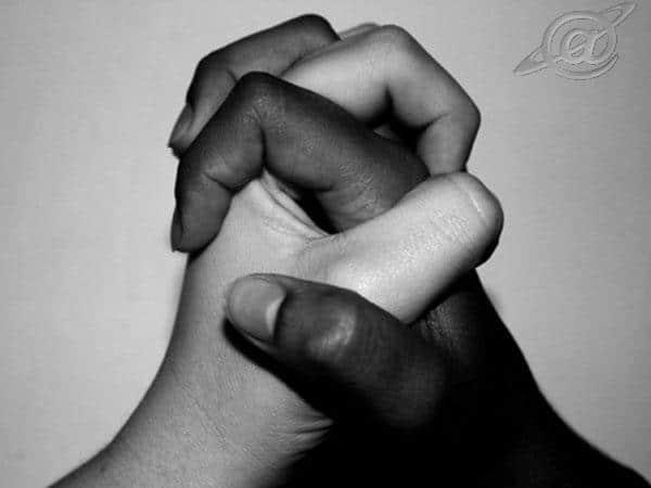 uma mão branca outra negra