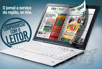 Computador com um jornal