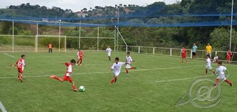 Crianças jogando bola