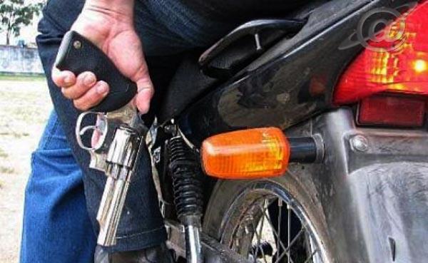 Dois assaltantes em uma moto