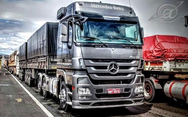 Um caminhão viajando