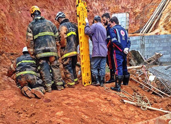 Foto: Bruno Ramos/ Rede Social - momento da retirada da vítima