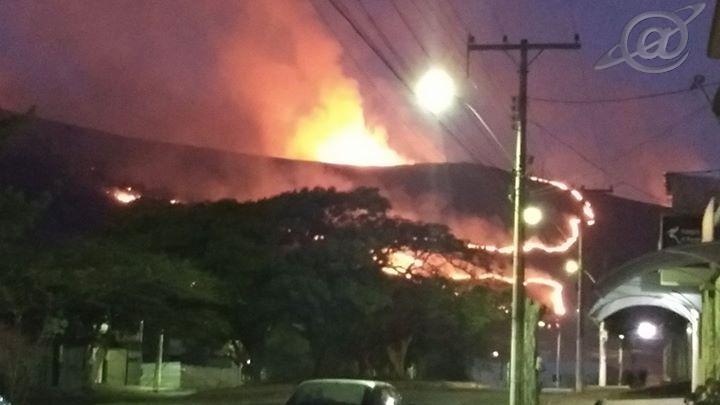 Foto: Rede Social/ As chamas tomou boa parte da Serra