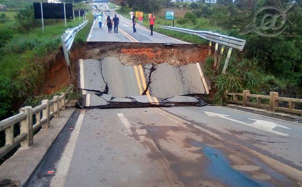 Após chuva forte, ponte cai e fecha BR-265