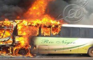 Ônibus pega fogo