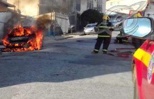 Carro pega fogo