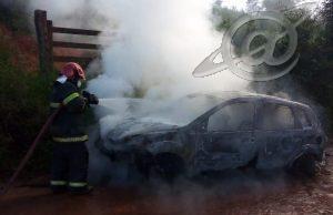 Carro da prefeitura pega fogo