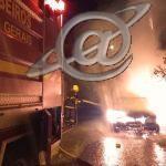 Carro estacionado pega fogo