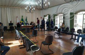 Em sessão pública